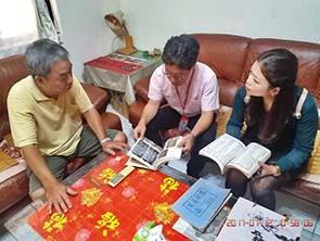 圖四:鄭先生於家宅熱情分享祖父作品